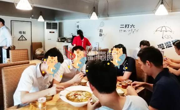 吃酸菜鱼的食客.jpg